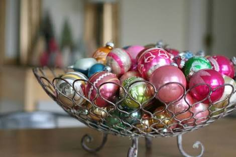 Decorative bowl with baubles